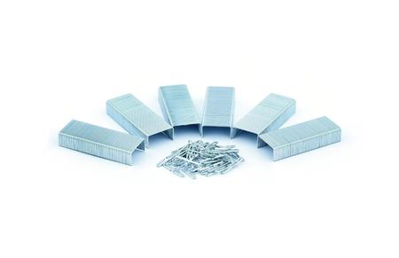 engrapadora: grapas aisladas sobre un fondo blanco.