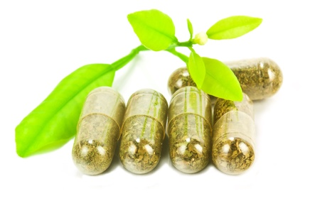 pillole di medicina di erbe, con pianta verde su sfondo bianco