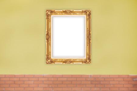 Or Picture Frame sur la couleur jaune du mur. Banque d'images - 62157514