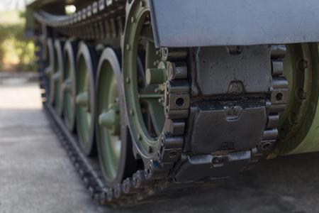 Pistes de réservoir. Un réservoir de la seconde guerre mondiale. Fermer la vue des roues de la route de la guerre mondiale et des pistes Banque d'images - 84623436