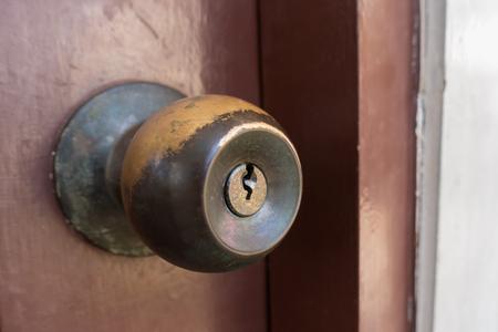 Old Door Knobs on wood door. Door lock Banque d'images - 121705739
