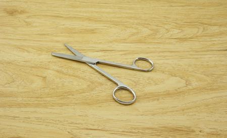 biopsia: Tijeras Biopsia de acero colocado en la mesa. Foto de archivo