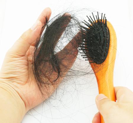 Muchos de pelo, caída de la cabeza después de peinar el cabello. Foto de archivo - 30809142