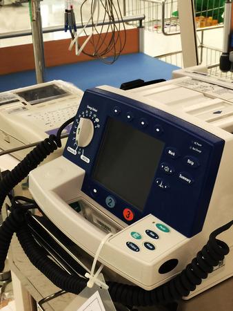 reanimować: Defibrylator jest sprzęt do reanimacji życia bezpieczeństwa umieszczony w łatwo dostępnym miejscu. Zdjęcie Seryjne