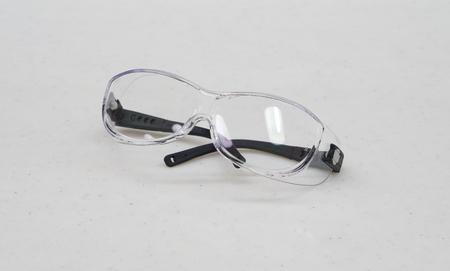 elementos de protecci�n personal: Las gafas de seguridad para protecci�n personal durante los procedimientos m�dicos en el hospital.
