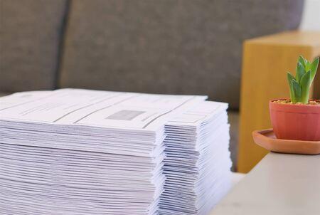 Stapel papier is op tafel te zetten op kantooromgeving. Stockfoto