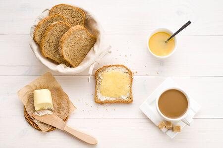 plato del buen comer: El desayuno incluye pan, miel, mantequilla y café Foto de archivo