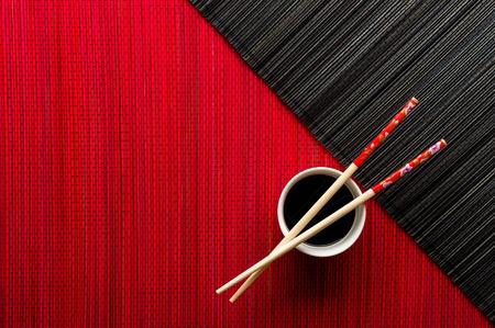 箸と醤油竹マットの上でボウル