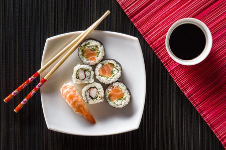 comida japonesa: Sushi en la placa blanca vista desde arriba