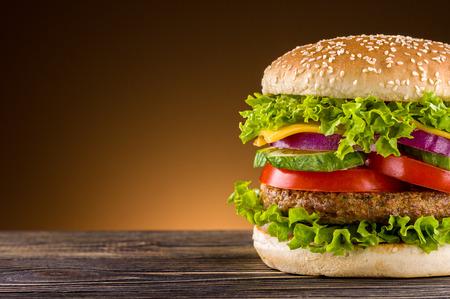 Zelfgemaakte hamburger op de houten tafel