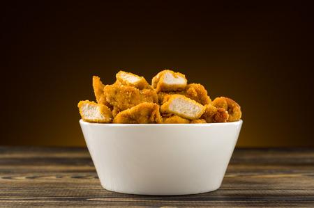 nuggets de poulet: P�pites de poulet sur la table