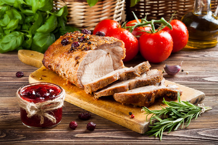 Geroosterde varkenslende met cranberry en rozemarijn Stockfoto