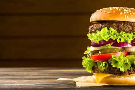 木製テーブルの上に自家製ハンバーガー