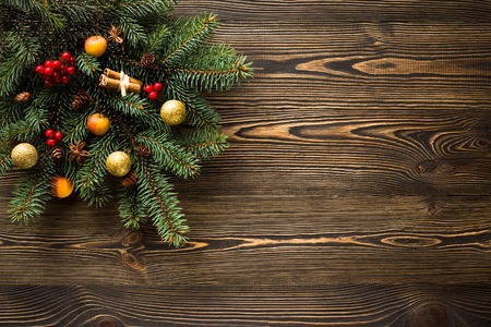 나무 테이블에 크리스마스 장식