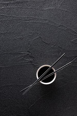 검은 바위에 간장 소스와 젓가락과 그릇 스톡 콘텐츠