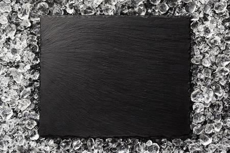 氷上面に黒い石のプレート 写真素材