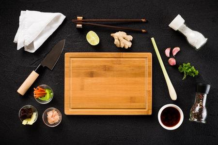 pepe nero: Ingredienti alimentari asiatici e tagliere vista dall'alto Archivio Fotografico