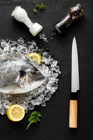 ドラド鮮魚、黒の上の氷の上で石のテーブル トップ ビュー