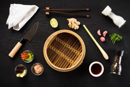 Aziatische voedselingrediënten en steamer bovenaanzicht Stockfoto