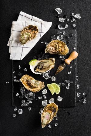 黒い石の上に新鮮な牡蠣プレート上面 写真素材
