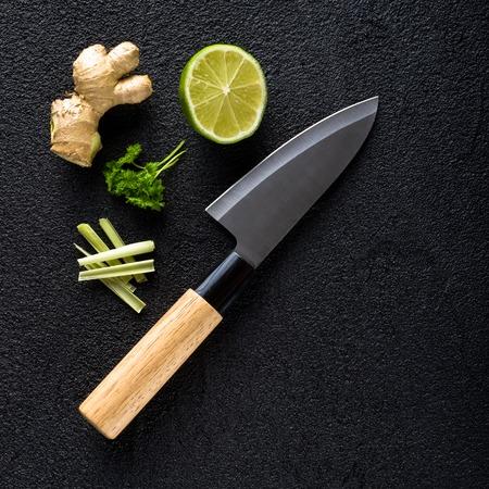 黒のナイフ、食品成分の石テーブル トップ ビュー