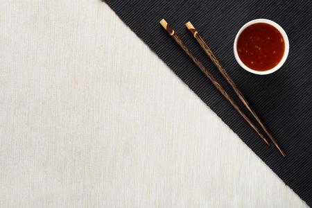 테이블 매트 상위 뷰에 소스와 젓가락과 그릇