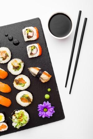 soja: Sushi, palillos y salsa de soja en la piedra negro vista placa superior