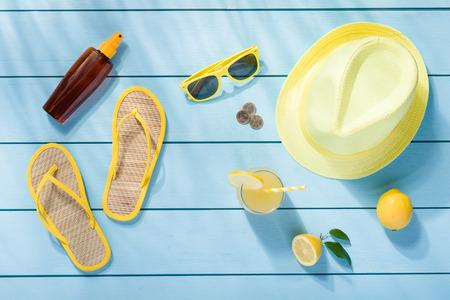 푸른 나무 배경 상위 뷰 여름 액세서리 스톡 콘텐츠