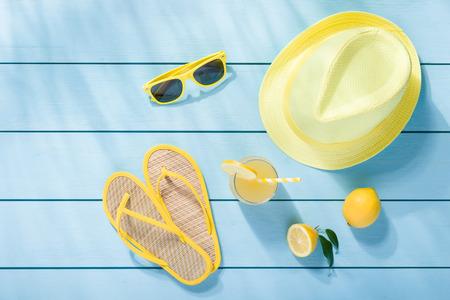 lemonade: Accesorios del verano en azul de madera fondo de la vista superior Foto de archivo