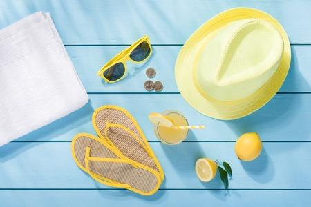 toallas: Accesorios del verano en azul de madera fondo de la vista superior Foto de archivo