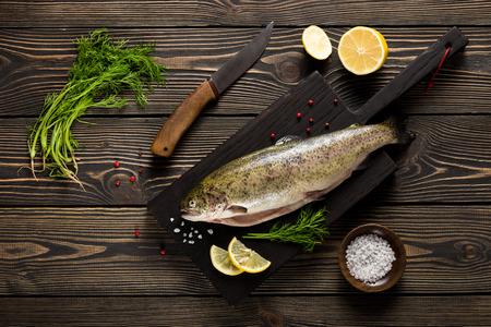 基板上面を切削に新鮮な全体鱒魚