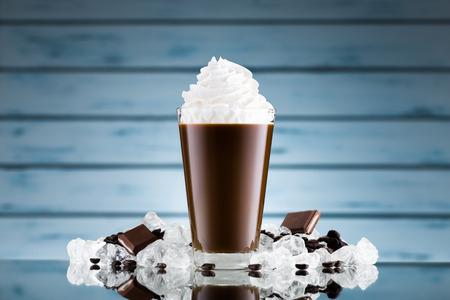 ice crushed: Ijskoffie in glas en gemalen ijs op blauwe achtergrond Stockfoto