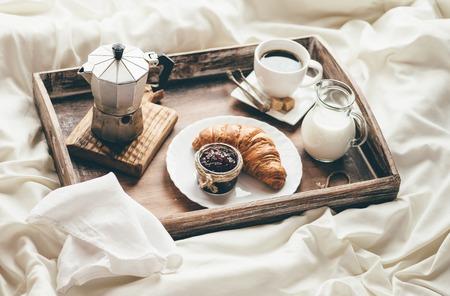 petit dejeuner: Petit déjeuner au lit. La lumière de la fenêtre Banque d'images