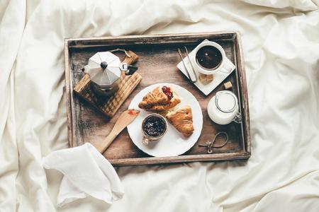 ベッドでの朝食します。窓の光