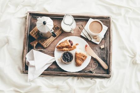 침대에서 아침 식사. 창 빛