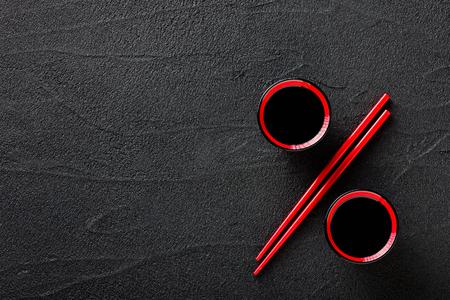 Stäbchen und Schüssel mit Sojasauce, Discount-Konzept Standard-Bild