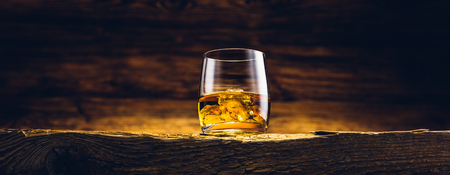 Whiskey glass on the old wooden table Banque d'images