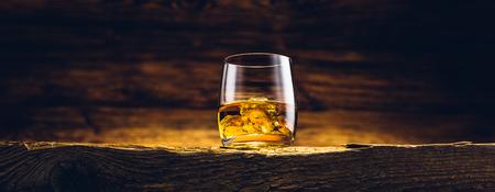 Whisky glas op de oude houten tafel