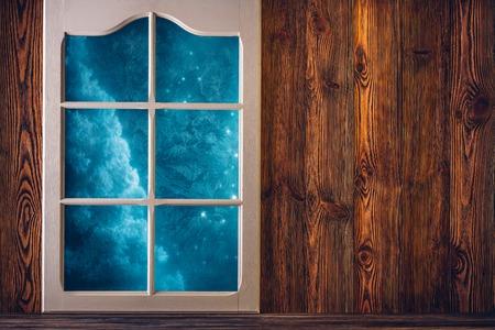 Bruine houten muur en een berijpte venster achtergrond