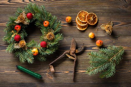 corona navidad: Christmas wreath on brown wooden table top view Foto de archivo