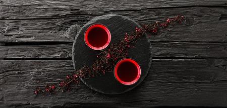 ceramica: Tazas de té en la placa de pizarra sobre una mesa de madera negro