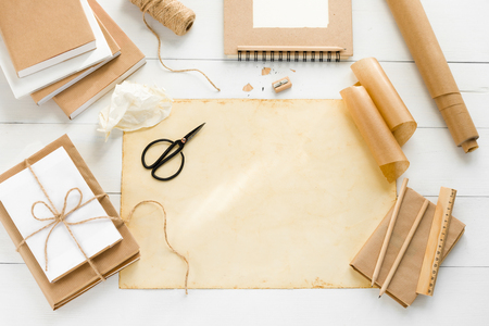 Covering books with brown kraft paper Stockfoto