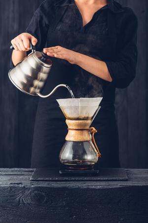 전문 바리 스타 준비 커피 대체 방법 스톡 콘텐츠