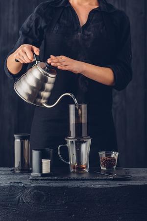 Barista profesional de café preparar método alternativo Foto de archivo - 66288466