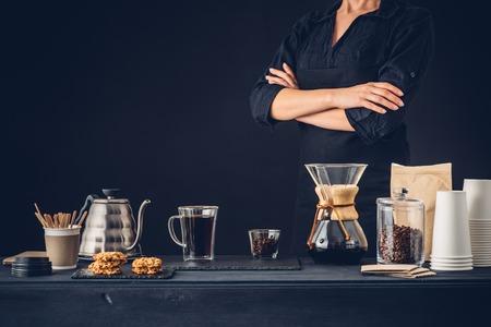 プロのバリスタがコーヒーの代替方法を準備します。 写真素材 - 66288484