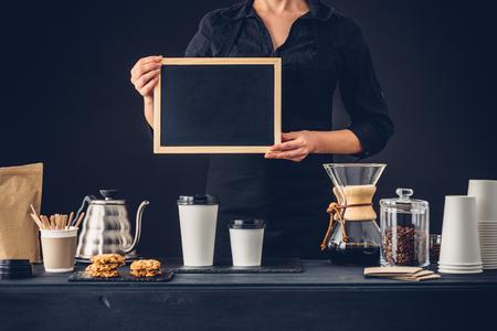 Professionele barista het bereiden van koffie alternatieve methode