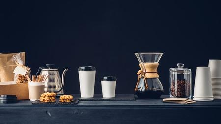 Koffiehuis interieur, koffie te gaan en accessoires op de tafel Stockfoto