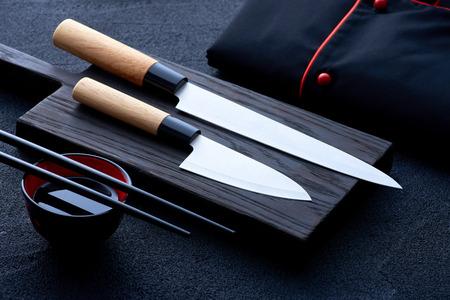 Aziatische keukenchef accessoires op zwarte stenen tafel
