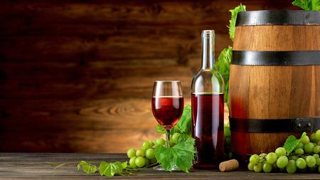 Bottiglia di vino e bicchieri con barile in legno sul tavolo