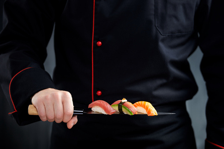 Sushi served on japanese knife in chef hand Banque d'images
